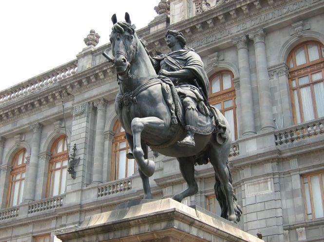 1200px-Estatua_equestre_Carlos_IV